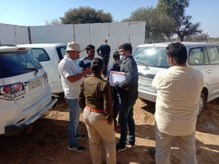 बरामद कारों को थाने की कस्टडी में रखवाते पुलिसकर्मी - Dainik Bhaskar