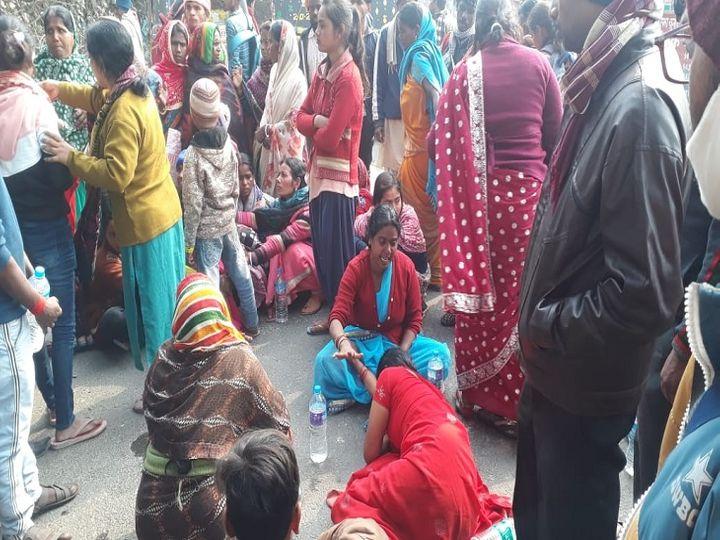 शव के साथ प्रदर्शन करती महिलाएं। - Dainik Bhaskar
