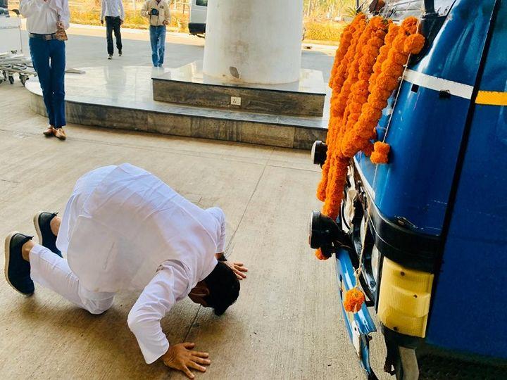 वैक्सीन को रिसीव करने हवाई अड्डे पहुंचे रायपुर महापौर एजाज ढेबर वैक्सीन वैन के सामने दंडवत हो गए। - Dainik Bhaskar