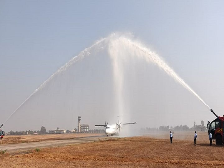 तस्वीर रायपुर एयरपोर्ट की है। नए विमान का स्वागत वॉटर कैनन से किया गया। - Dainik Bhaskar