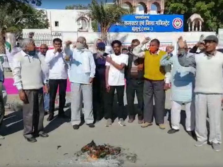 झुंझनूं। कृषि बिलों के विरोध में जिला कलेक्ट्रेट पर प्रदर्शन करते किसान। - Dainik Bhaskar