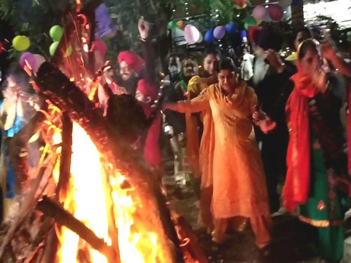 साकेत नगर में लोहड़ी सेलिब्रेट करते पंजाबी समाज के लोग। - Dainik Bhaskar