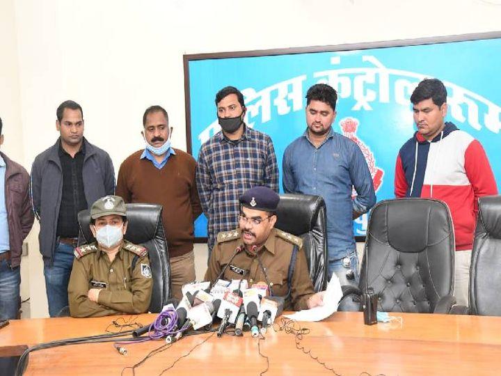 सीएसपी आलोक शर्मा बमबाजी मामले में गिरफ्तार आरोपियों की जानकारी देते हुए। - Dainik Bhaskar