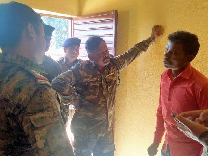 आरोपी को हिरासत में लेकर पूछताछ करती पुलिस। - Dainik Bhaskar