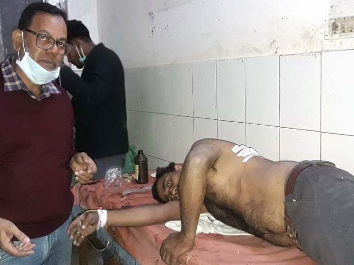 अजय चंद्रवंशी पीठ में गोली लगने से जख्मी हो गया। - Dainik Bhaskar