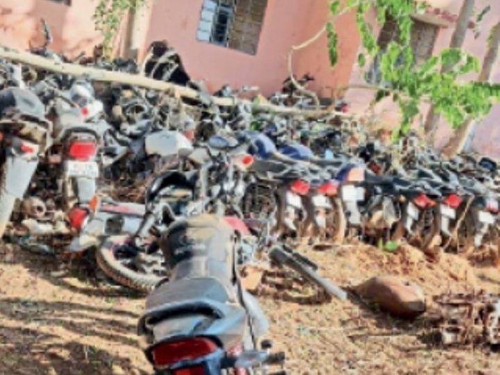 उदयपुरवाटी. पुलिस थाने में खड़ी आरोपी की बाइक - Dainik Bhaskar