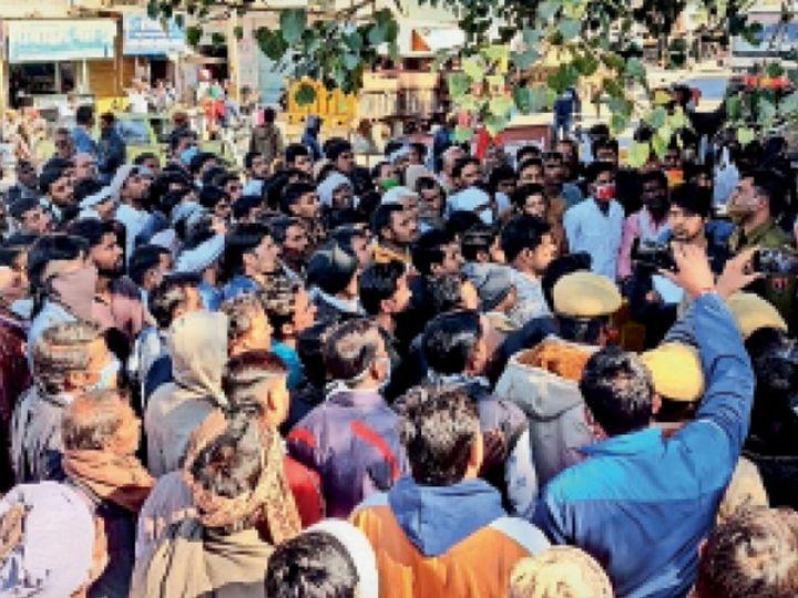 उदयपुरवाटी. पुलिस थाने के सामने प्रदर्शन कर रहे ग्रामीणों को समझाते डीएसपी सतपालसिंह। - Dainik Bhaskar
