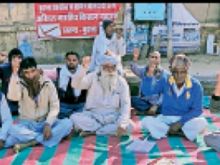 बुहाना. तहसील कार्यालय के बाहर अनशन पर बैठे किसान। - Dainik Bhaskar