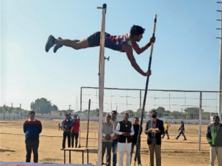 पिलानी. बांस से ऊंची कूद लगाता प्रतिभागी। - Dainik Bhaskar