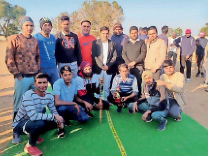 अर्जुननाथ क्रिकेट प्रतियोगिता में जीत के बाद खुशी जाहिर करते विजेता टीम के खिलाड़ी। - Dainik Bhaskar