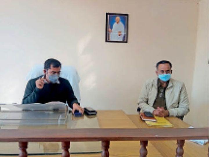महेंद्रगढ़ में उपमंडल स्तर पर मनाए जाने वाले गणतंत्र िदवस के िलए अधिकारियाें की बैठक लेते हुए एसडीएम विश्राम कुमार मीणा। - Dainik Bhaskar