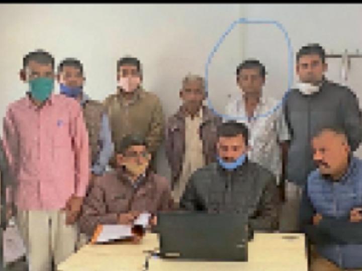 पादरू. एसीबी टीम की गिरफ्त में जेईएन का बिचोलिया। (गोले में) - Dainik Bhaskar