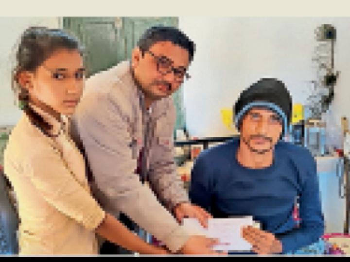 बाड़मेर. बांकाराम को सहायता राशि सुपुर्द करते संस्था के आदिल भाई। - Dainik Bhaskar