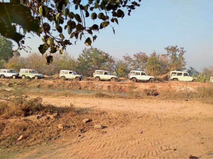 फोटो हनुमानगढ़ जिले की रासलाना वितरिका की है। यहां मंगलवार को पानी चोरी रोकने के लिए गाड़ियों का काफिला पहुंचा। यह क्रम 20 जनवरी तक चलेगा। - Dainik Bhaskar