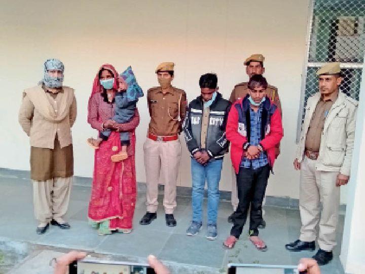 गिरफ्तार हत्या की आरोपी पत्नी व उसका प्रेमी (लाल कोट में) व सहयोगी। - Dainik Bhaskar