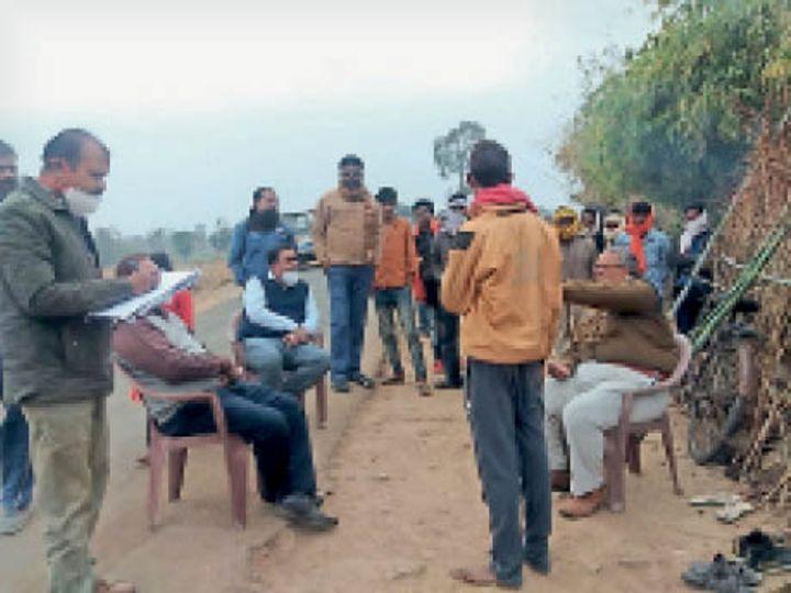 हटा| बाबा को समझाइश देती स्वास्थ्य विभाग की टीम व पुलिस। - Dainik Bhaskar
