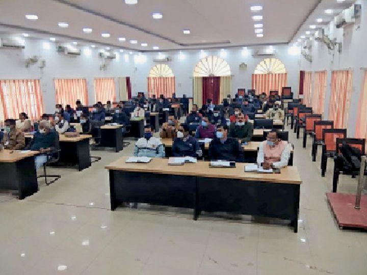 सभागार में बैठक के दाैरान माैजूद स्वास्थ्य विभाग के कर्मी। - Dainik Bhaskar