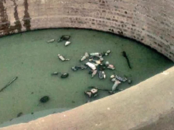 80 फीट गहरा कुआं आधे से ज्यादा ड्रेनेज के पानी से भरा है। यह ड्रेनेज रिसकर आया है - Dainik Bhaskar