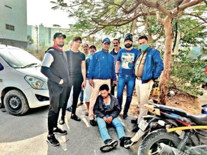 रहवासियों ने चेन स्नैचिंग के आरोपी को पुलिस को सौंपा। - Dainik Bhaskar