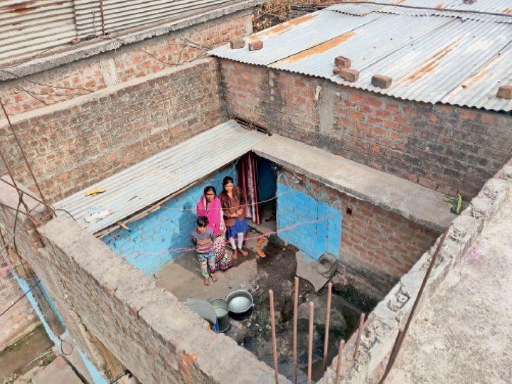 होशंगाबाद। संजय नगर निवासी बाबूलाल मुरेले का मकान प्रधानमंत्री आवास योजना के तहत पिछले 3 सालों से अधूरा पड़ा है। इन्हें आखिरी किस्त अभी तक नहीं मिली। इसके कारण मकान की छत नहीं बन पाई। बिना छत का यह पीएम आवास देखकर योजना पर कई सवाल खड़े हो रहे हैं। - Dainik Bhaskar