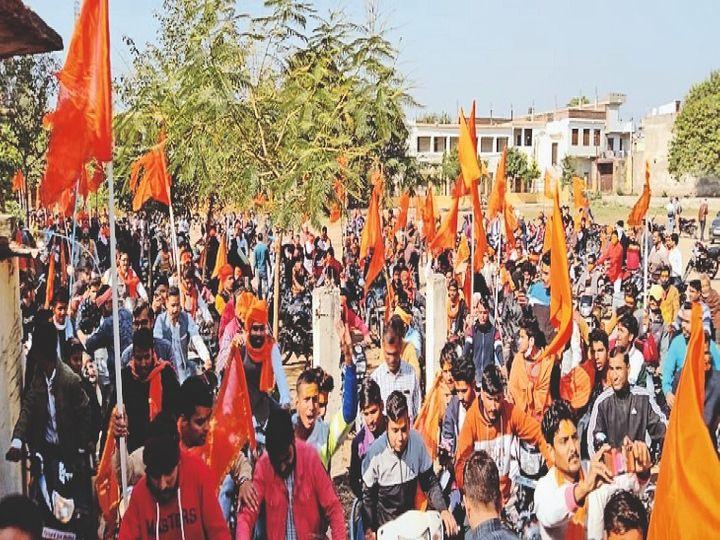 श्रीराम मंदिर निधि समर्पण अभियान रैली में शामिल लोग। - Dainik Bhaskar