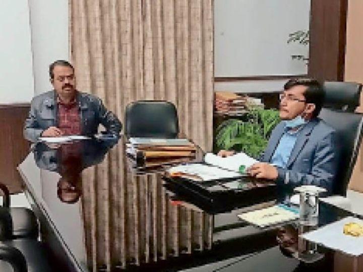 समीक्षा करते डीएम सुब्रत कुमार सेन और डीडीसी सुनील कुमार। - Dainik Bhaskar