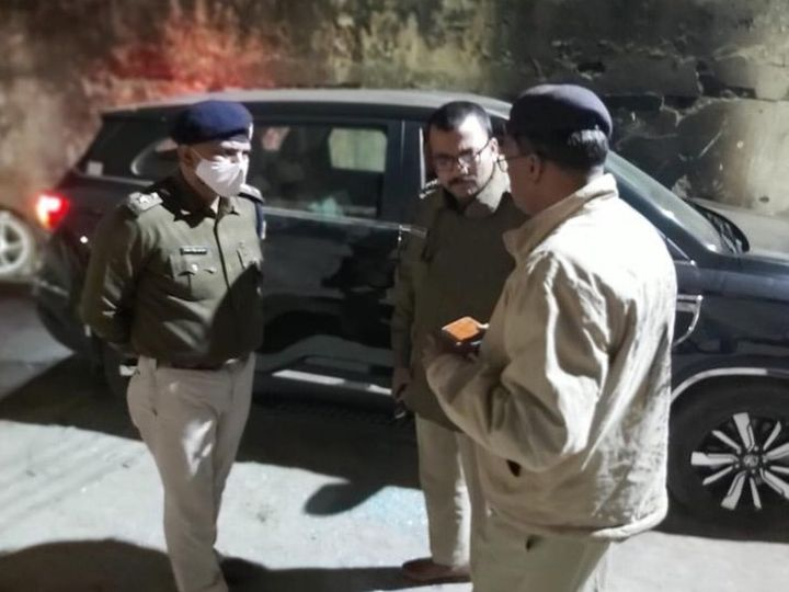 रुपेश की हत्या के बाद जांच करती पुलिस। - Dainik Bhaskar