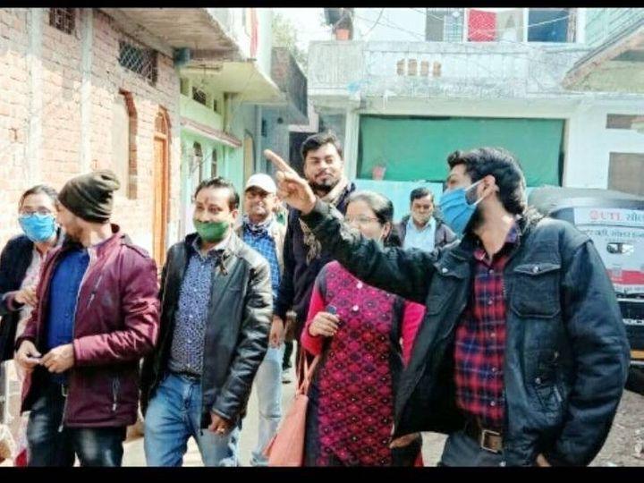 शहर में बिजली चोरी के केस तलाशते विजिलेंस टीम के सदस्य। - Dainik Bhaskar