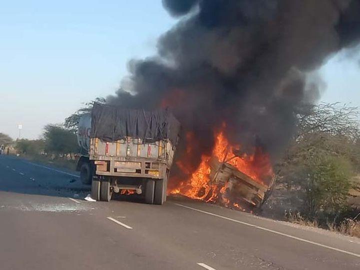 जोधपुर-बाड़मेर सड़क मार्ग पर आपस में टकराने के बाद जलते हुए टैंकर व ट्रक। फोटो- प्रियंक जांगिड़ - Dainik Bhaskar