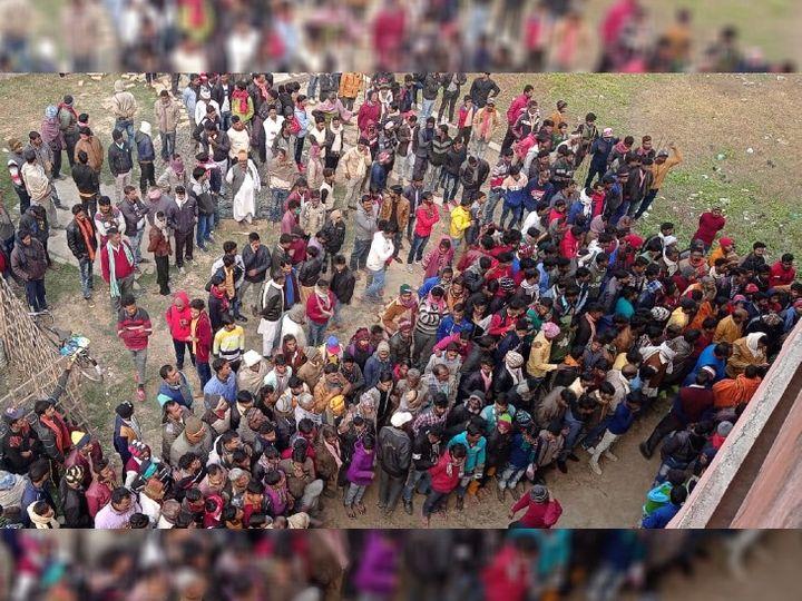 शव मिलने के बाद मृतक के घर के बाहर उमड़ी लोगों की भीड़। - Dainik Bhaskar