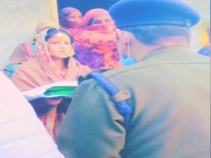 पति के अंतिम संस्कार में पत्नी को दुल्हन के लिबास में देखकर सभी का कलेजा मुंह को आ गया था, लेकिन उसकी हिम्मत देखकर सीना गर्व से चौड़ा हो गया। - Dainik Bhaskar