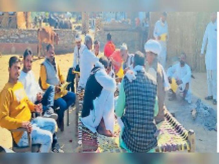 सिंघनिया| गंभीर नदी में पानी के मुद्दे पर सिद्ध धाम पर होने वाली महापंचायत के लिए जनसंपर्क करते पंच पटेल। - Dainik Bhaskar