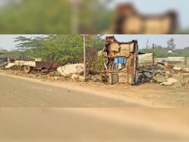महेंद्रगढ़ चुंगी के समीप नगर परिषद की जमीन पर रखा गया अवैध रूप से सामान। पीछे दिख रहा झाड़ झंझाड़। - Dainik Bhaskar