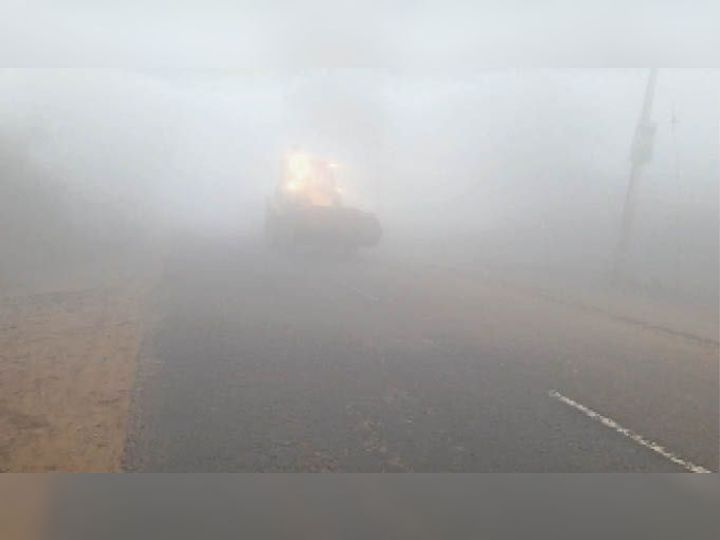 बौंदकलां। दादरी-चंडीगढ़ मार्ग पर बुधवार सुबह धुंध से गुजरता वाहन। - Dainik Bhaskar