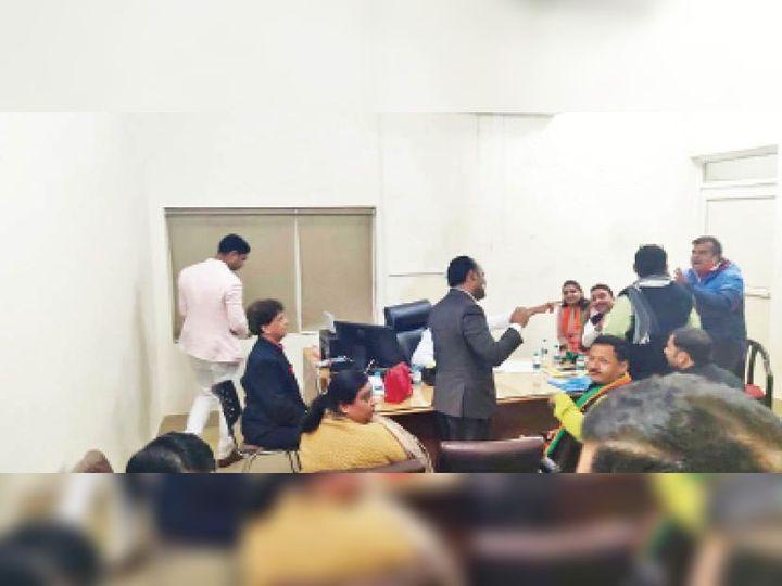बैठक में बहस करते हुए वार्ड पार्षद  अतुल जैन और लक्ष्मी नारायण तनेजा - Dainik Bhaskar