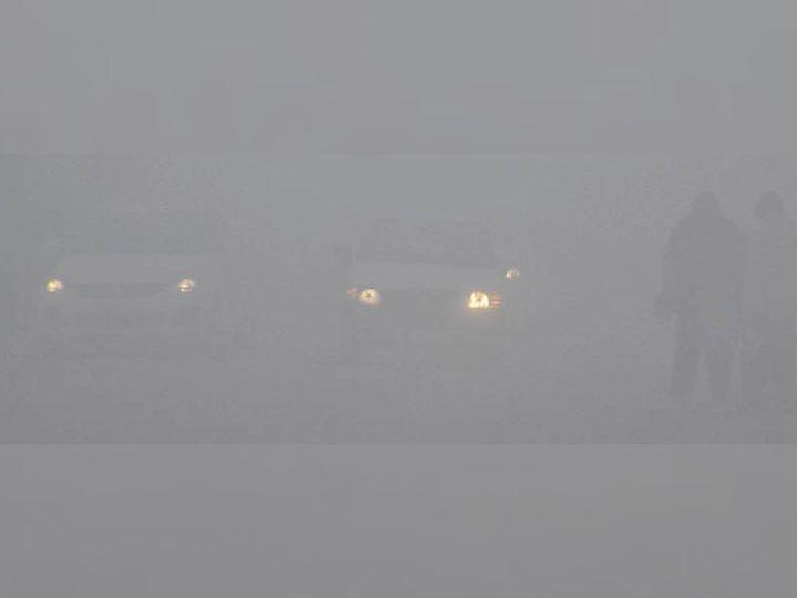 हिसार के तोशाम रोड पर धुंध के कारण विजिबिलिटी बेहद कम रही। जिसके कारण हेड लाइट जलाकर वाहन धीमी गति से चले। हालांकि बाद में मौसम साफ होने से लोगों ने राहत महसूस की। वहीं बुधवार रात फिर धुंध गहरा गई। }फोटो: रॉकी कुमार - Dainik Bhaskar
