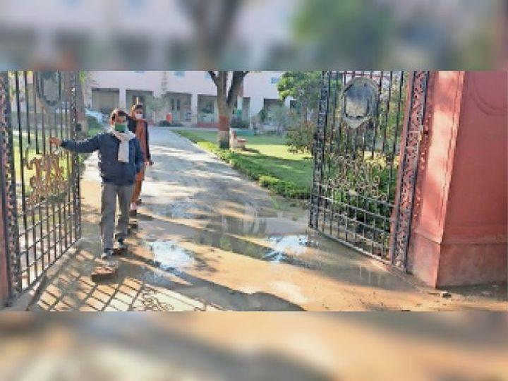 रामपुरा रोड पर आरबीएस कॉलेज परिसर में जमा गंदा पानी। - Dainik Bhaskar