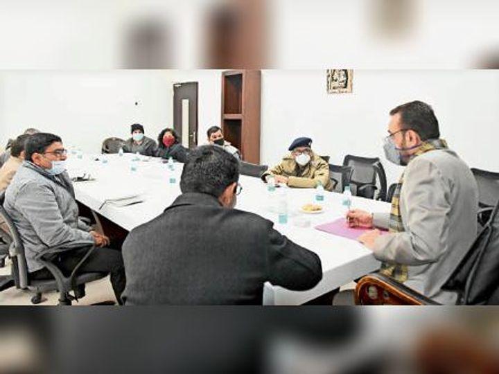 अधिकारियों से मीटिंग करते डीसी कैप्टन मनोज कुमार। - Dainik Bhaskar
