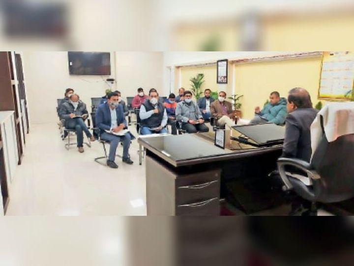 नगर निगम कार्यालय में बैठक करते कमिश्नर। - Dainik Bhaskar