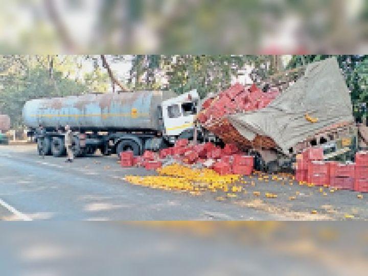 चौटाला हाईवे पर खड़े क्षतिग्रस्त तेल टैंकर व किन्नू लोडिड कैंटर व पास से गुजरते वाहन। - Dainik Bhaskar