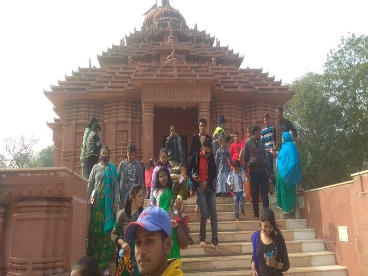 मकर संक्रांति के अवसर पर सूर्य मंदिर पर पहुंचे लोग। - Dainik Bhaskar