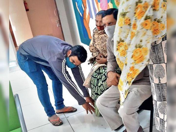 बेटे ने मां के पैर पड़कर माफी मांगी। - Dainik Bhaskar