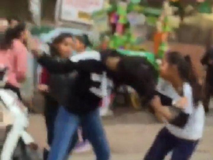 छत्तीसगढ़ के बिलासपुर में पुराने विवाद के चलते तीन युवतियों ने मिलकर बीच सड़क पर एक लड़की की पिटाई कर दी। - Dainik Bhaskar
