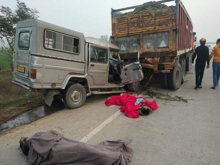 हादसे में बोलेरो सवार दोनों लोगों की मौके पर ही मौत हो गई। वहीं ट्रक का पीछे का हिस्सा बुरी तरह से क्षतिग्रस्त हो गया। - Dainik Bhaskar