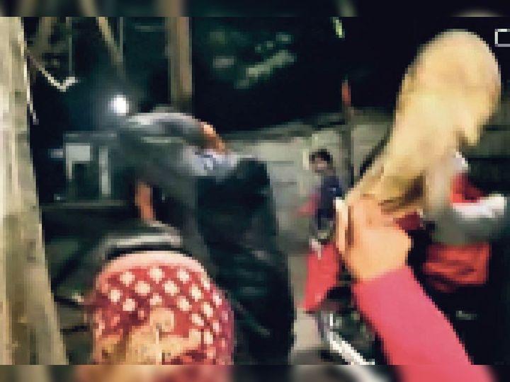 आरोपी मनचले की चप्पल से पिटाई करती महिला। - Dainik Bhaskar