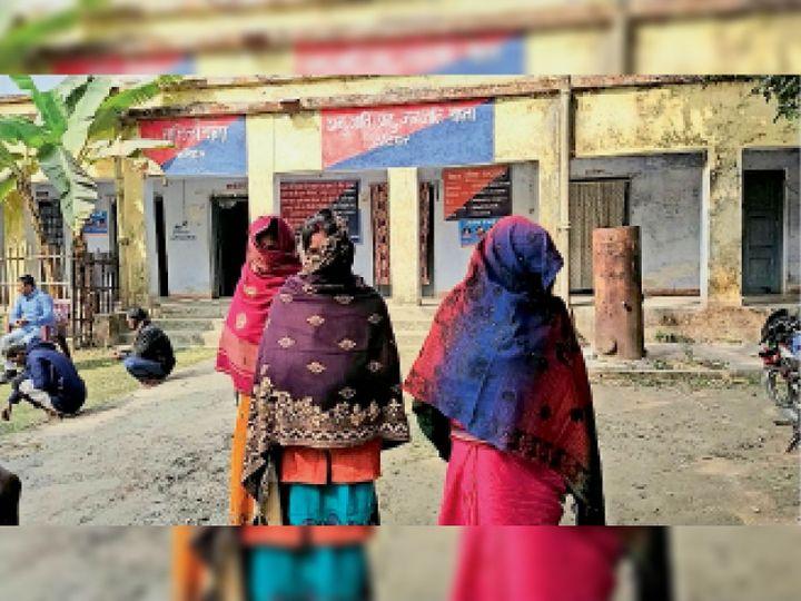 महिला थाने में आवेदन देने पहुंचे पीड़िता के परिजन। - Dainik Bhaskar