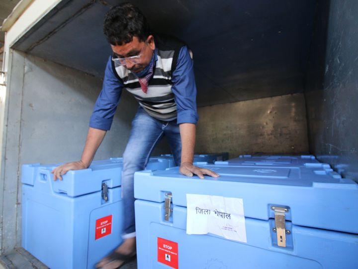 मुख्यमंत्री शिवराज सिंह चौहान टीकाकरण की तैयारियों को लेकर आज सभी कलेक्टर से बात करेंगे। भोपाल में कुल 94 हजार फ्रंट लाइन वर्कर्स को टीका लेगा। पहली खेफ के 36 हजार टीके बुधवार को भोपाल पहुंच गए। - Dainik Bhaskar
