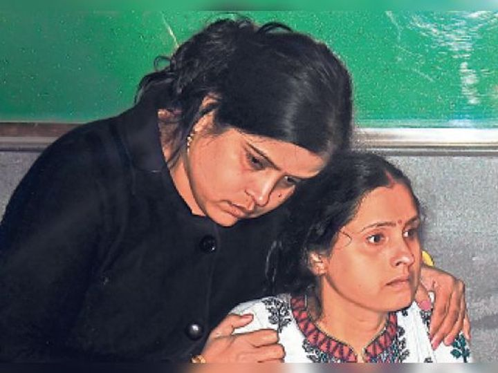 पत्नी को सांत्वना देने वाली खुद गमजदा। - Dainik Bhaskar