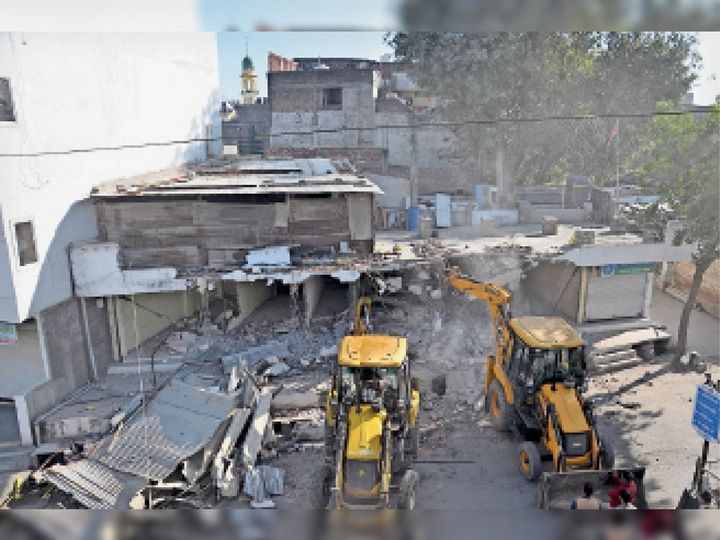 जूना सोमवारिया में अवैध रूप से बनाई दुकानों को धराशायी करती नगर निगम की जेसीबी। - Dainik Bhaskar