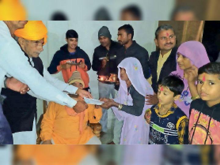 अयोध्याबाई राम मंदिर के लिए 1 लाख 11 हजार रुपए का चेक देते हुए। - Dainik Bhaskar